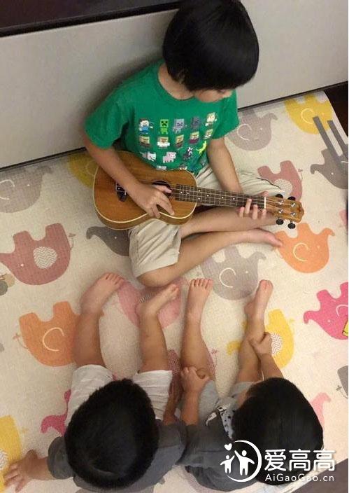 Kimi趴床露逆天长腿,好久不见黑米哥哥都长这么高了!